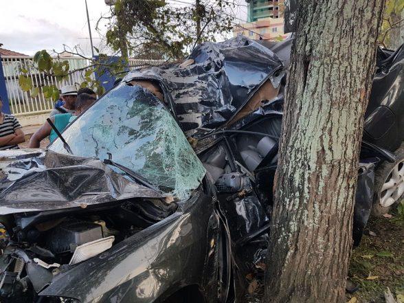Tragédia: Carro bate em árvore e destrói totalmente com vítima fatal, em frente a faculdade de Ilhéus 2