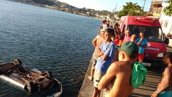 ILHÉUS: Motorista perde controle da direção e carro despenca no mar 8