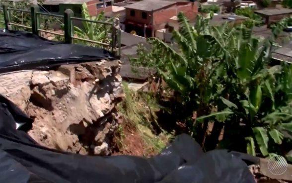 ILHÉUS: Encosta desliza sobre casas após forte chuva e cinco famílias ficam desabrigadas 2