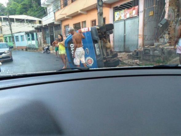Viatura da Policia Militar capota na Avenida Princesa Isabel em Ilhéus 5