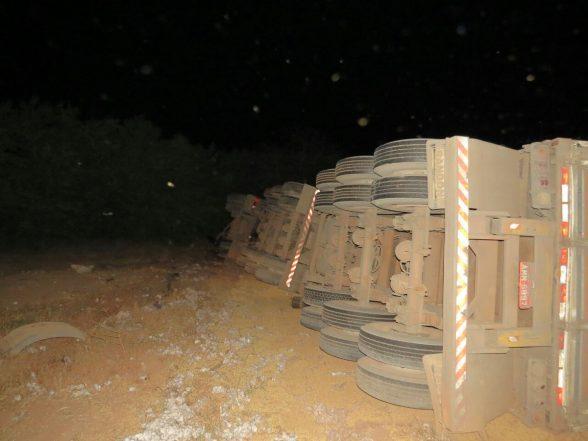 Carreta que levava soja para Ilhéus, bate em outra e tomba na BR-020 e deixa motoristas feridos 7