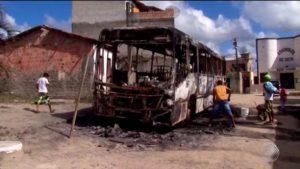 Ônibus é incendiado após suspeito morrer em troca de tiros com PMs em Porto Seguro 1