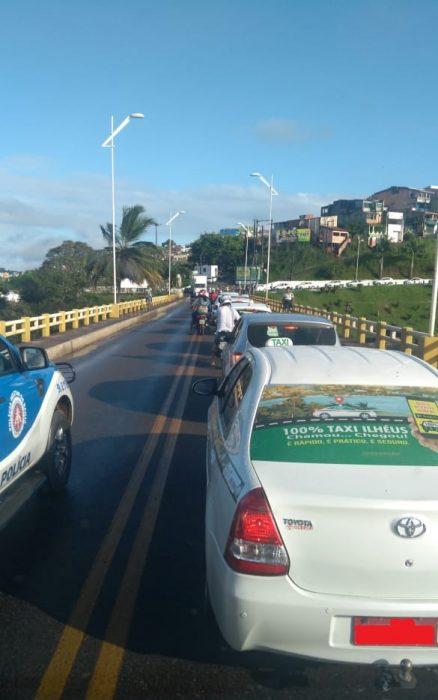 ILHÉUS: Caminhão quebra na ponte do Pontal 2