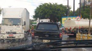 ILHÉUS: Caminhão quebra na ponte do Pontal 1