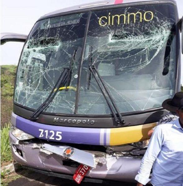 Ônibus Vitória da Conquista-Ilhéus colide em carreta cegonha e deixa passageiros feridos em Itambé 1
