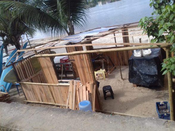 Prefeitura de Ilhéus remove barracas irregulares da Praia do Cristo 1