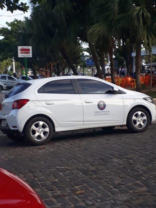 ILHÉUS: Carro oficial da Câmara de Vereadores de Cândido Sales é flagrado na praça da Irene em pleno domingo 1