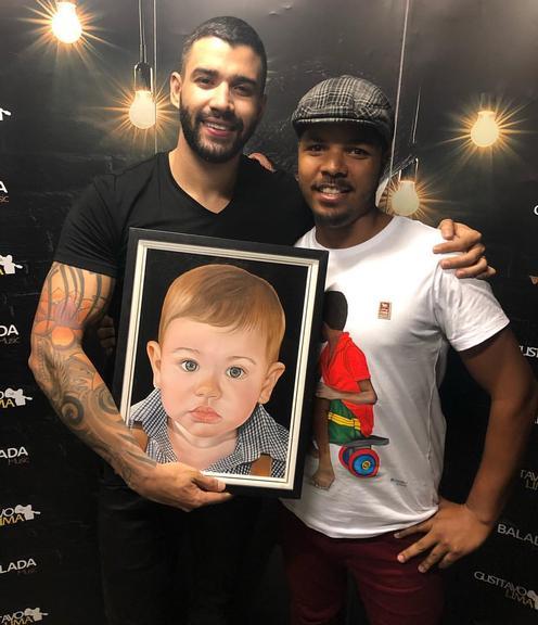 Gusttavo Lima é surpreendido por fã e ganha presente com homenagem ao filho após show em Ilhéus 7
