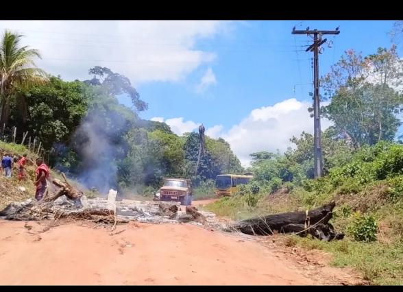 Produtores rurais fecham a BR-251 em protesto contra a má condição da estrada em Ilhéus 6