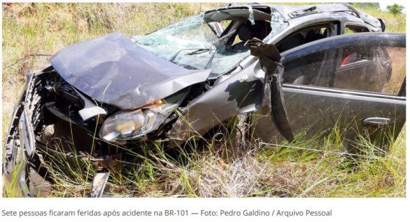 Carro capota e deixa feridos no sul da Bahia; veículo ficou destruído, destino era Ilhéus 2