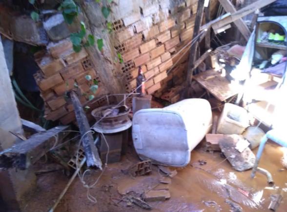 Adutora rompe e quatro casas são atingidas por mar de lama em Ilhéus 1
