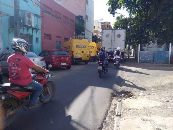 ILHÉUS: Com terreno cedido em frente aos Correios, condutores reclamam de veículos da empresa estacionados na rua 1