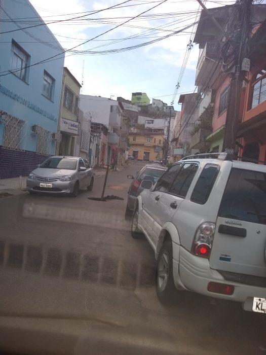 Buraco atrapalha trânsito de veículos no Centro de Ilhéus 1