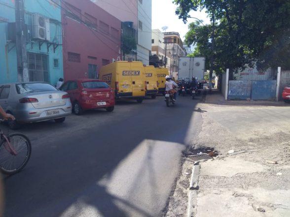ILHÉUS: Com terreno cedido em frente aos Correios, condutores reclamam de veículos da empresa estacionados na rua 2