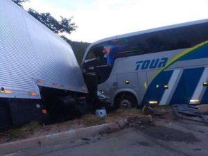 Ônibus com sub-15 do Bahia bate e deixa 2 mortos 1