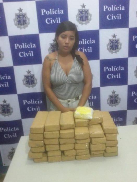 Suspeita é presa em táxi com mais de 20 kg de maconha em Ilhéus 2