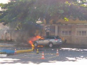 ILHÉUS: Carro pega fogo na Cidade Nova 4
