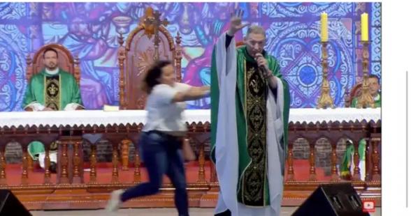 Mulher empurra Padre Marcelo Rossi de palco durante missa; assista 1