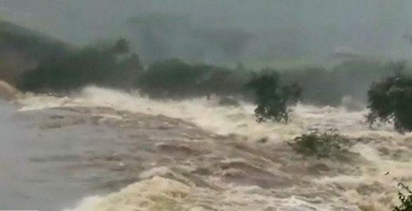 Barragem se rompe e lama invade cidade na Bahia; veja vídeo 1