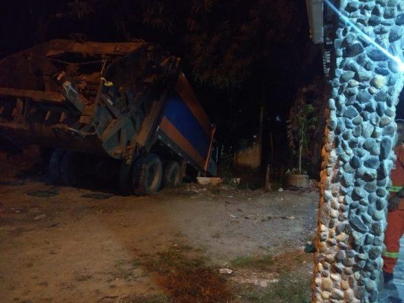Caminhão de lixo perde os freios e cai em rio de Olivença 1