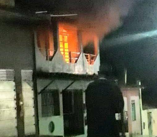 Gandu: Após esfaquear esposa, homem ateia fogo à própria casa, depois se corta 4