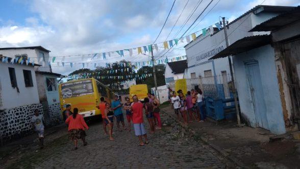 Em protesto, moradores de Castelo Novo prendem ônibus no Distrito 3
