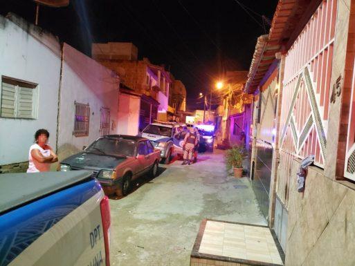 Homens armados invadem casa e matam jovem a tiros em Itabuna; namorada dele ficou ferida 1
