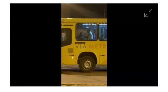 O motorista de ônibus do transporte público de Ilhéus, que trocou agressões com uma passageira na quarta-feira (27), dentro do coletivo que conduzia, foi afastado da função nesta quinta 2
