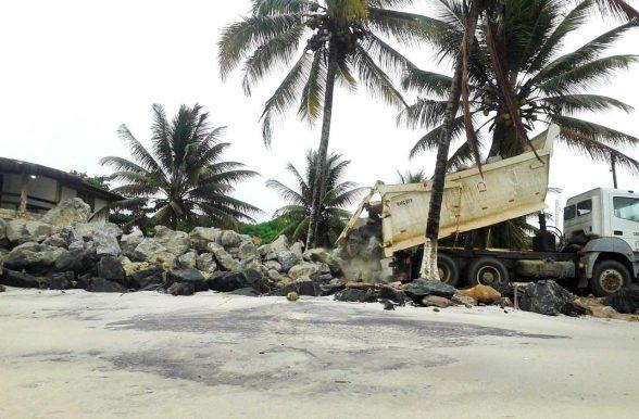 Praias de Ilhéus recebem 600 toneladas de pedras para construção de contenção 7