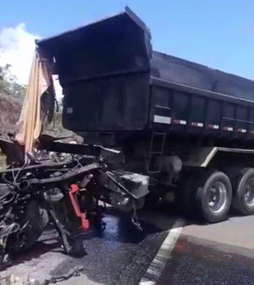VÍDEO: Acidente gravíssimo entre dois caminhões caçamba é registrado entre Itacaré e Ilhéus 2