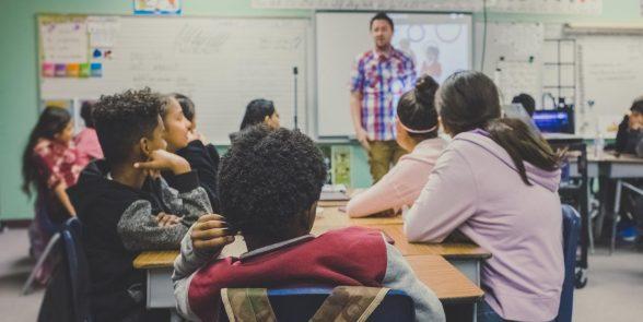Brasil melhora em prova mundial, mas 4 em 10 alunos não aprendem o básico; Os resultados mostram que só 10% dos jovens no mundo conseguem distinguir fato de opinião 2