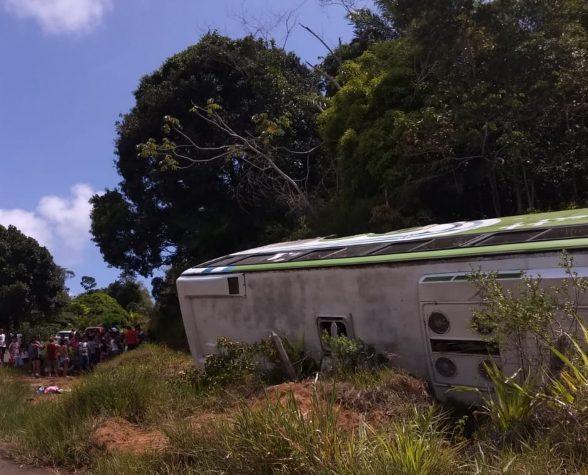 Ônibus com turistas tomba na rodovia Ilhéus-Itabuna e deixa ao menos oito pessoas feridas 1