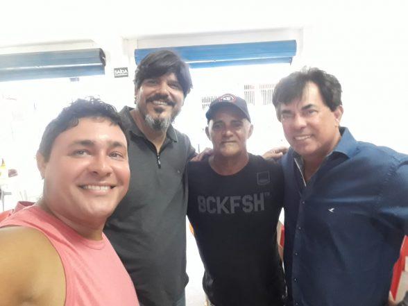 Amigos comemoram aniversário de José do Bar do Zé no Malhado 4