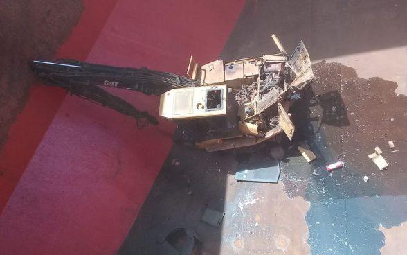 VÍDEO: Máquina que estava sendo erguida no porto de Ilhéus cai em navio após amarras de guindaste soltarem 1