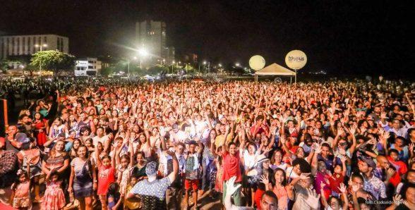 Evento de louvor e adoração reuniu milhares de pessoas na Avenida Soares Lopes 8