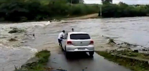 ITABUNA: Forte chuva deixa ponte coberta de água, e moradores ficam ilhados 6